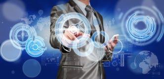 Homem de negócio no terno do cinza azul usando a pena digital que trabalha com di Fotos de Stock
