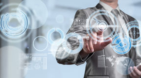 Homem de negócio no terno do cinza azul usando a pena digital que trabalha com di Fotografia de Stock