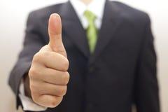 Homem de negócio no terno preto com polegares acima Foto de Stock Royalty Free