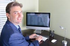 Homem de negócio no trabalho ou no trabalho do escritório domiciliário Foto de Stock Royalty Free