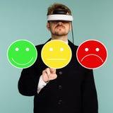 Homem de negócio nos vidros virtuais que dão o feedback da avaliação e da revisão para examinar, a votação ou o questionário para fotos de stock royalty free