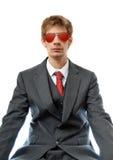 Homem de negócio novo com aviadores vermelhos Fotografia de Stock Royalty Free