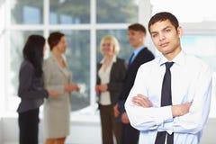 Homem de negócio novo com equipe Imagens de Stock Royalty Free