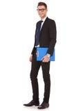 Homem de negócio novo com uma prancheta azul Imagem de Stock Royalty Free