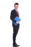 Homem de negócio novo com uma prancheta azul Fotos de Stock Royalty Free