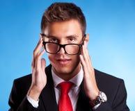 Homem de negócio novo com vidros de um lerdo imagem de stock