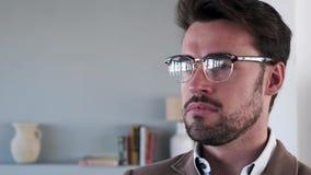 Homem de negócio novo considerável que olha lateralmente no escritório video estoque