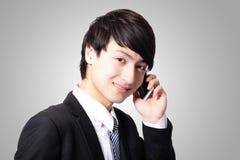Homem de negócio novo considerável que usa o telemóvel Fotografia de Stock Royalty Free