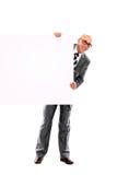 Homem de negócio novo de sorriso feliz que mostra o espaço em branco Fotografia de Stock Royalty Free