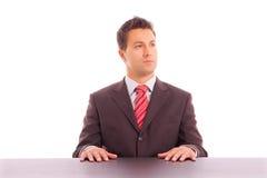 Homem de negócio novo em uma mesa Fotografia de Stock Royalty Free