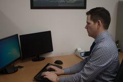 Homem de negócio novo na mesa no escritório Fotos de Stock