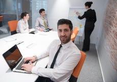 Homem de negócio novo na reunião Imagens de Stock Royalty Free