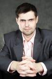 Homem de negócio novo no terno cinzento Imagem de Stock