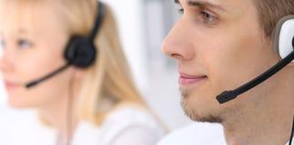 Homem de negócio novo nos auriculares Centro de chamadas Imagem de Stock