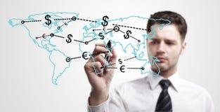 Homem de negócio novo que desenha uma rede global Fotografia de Stock Royalty Free