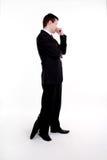 Homem de negócio novo que está com os braços cruzados fotografia de stock