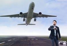 Homem de negócio novo que está em pistas de decolagem do aeroporto com lu de pertença imagem de stock