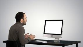 Homem de negócio novo que faz o vídeo chamar seu computador no fundo do inclinação vídeos de arquivo