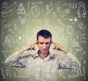 Homem de negócio novo que pensa duramente como controlar o projeto novo difícil Fotografia de Stock Royalty Free