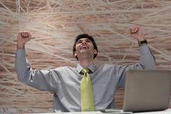 Homem de negócio novo que trabalha no laptop no escritório moderno Imagens de Stock Royalty Free