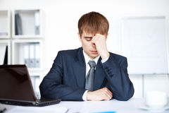 Homem de negócio novo Tired com problemas e esforço Fotografia de Stock
