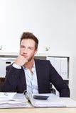 Homem de negócio pensativo no escritório imagens de stock royalty free