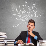 Homem de negócio pensativo que lê um livro Imagem de Stock Royalty Free