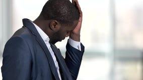 Homem de negócio preto forçado cansado video estoque