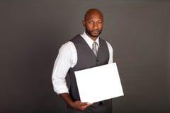 Homem de negócio preto novo com cartão Fotografia de Stock