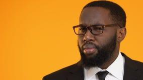 Homem de negócio preto que tem a ideia isolada no fundo amarelo, molde para o texto filme