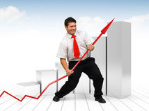 Homem de negócio que ajuda uma seta vermelha do gráfico Fotografia de Stock