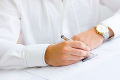 Homem de negócio que analisa o gráfico e que faz anotações Foto de Stock Royalty Free