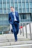 Homem de negócio que anda abaixo de algumas etapas Fotografia de Stock