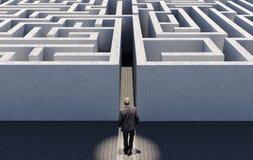 Homem de negócio que anda para desafiar um labirinto infinito, imagem conceptual que representa a estratégia empresarial Foto de Stock Royalty Free
