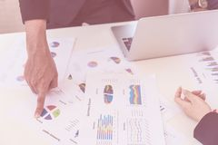 Homem de negócio que aponta na carta do gráfico na reunião Imagem de Stock