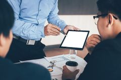 Homem de negócio que aponta na tela vazia da tabuleta digital fotos de stock