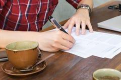 Homem de negócio que assina um contrato Foto de Stock