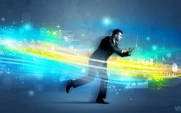 Homem de negócio que corre na elevação - conceito da onda da tecnologia Imagens de Stock