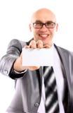 Homem de negócio que entrega um cartão em branco Foto de Stock
