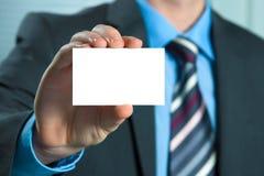Homem de negócio que entrega um cartão em branco Foto de Stock Royalty Free