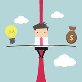 Homem de negócio que equilibra na corda com ideias e dinheiro Imagem de Stock Royalty Free