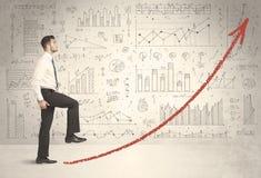 Homem de negócio que escala no conceito vermelho da seta do gráfico Fotos de Stock Royalty Free