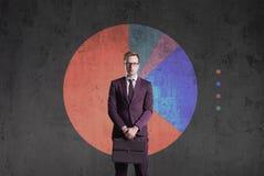 Homem de negócio que está em um fundo do diagrama Negócio, escritório, Fotografia de Stock Royalty Free