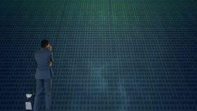 Homem de negócio que estuda códigos binários vídeos de arquivo