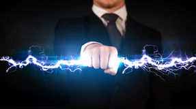 Homem de negócio que guarda o parafuso leve da eletricidade em suas mãos Fotografia de Stock