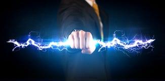 Homem de negócio que guarda o parafuso leve da eletricidade em suas mãos foto de stock