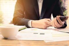 Homem de negócio que guarda a ordem do telefone para o escritório do mercado de valores de ação em casa Imagem de Stock