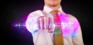 Homem de negócio que guarda a rede de sistema futura dos dados da tecnologia Fotografia de Stock Royalty Free