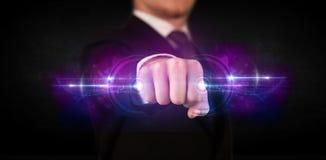 Homem de negócio que guarda a rede de sistema futura dos dados da tecnologia Foto de Stock Royalty Free