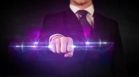 Homem de negócio que guarda a rede de sistema futura dos dados da tecnologia imagem de stock